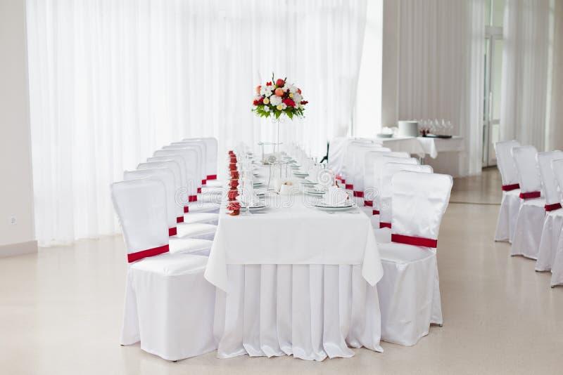Tabela servida restaurante para o casamento imagens de stock royalty free