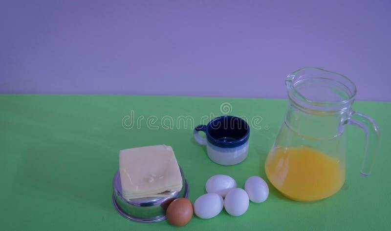 A tabela serviu para o petisco com, o queijo e os ovos 06 fotografia de stock