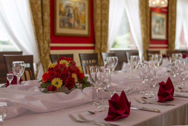 Tabela solenemente coberta no restaurante fotografia de stock royalty free