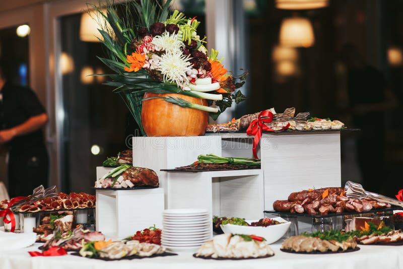 Tabela sueco com aperitivos e carne imagens de stock royalty free