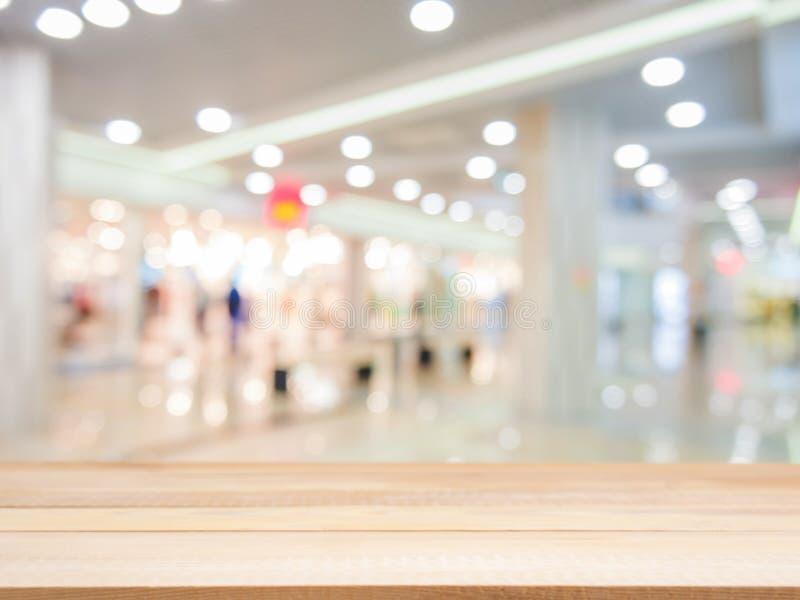 Tabela vazia de madeira na frente do fundo borrado imagens de stock