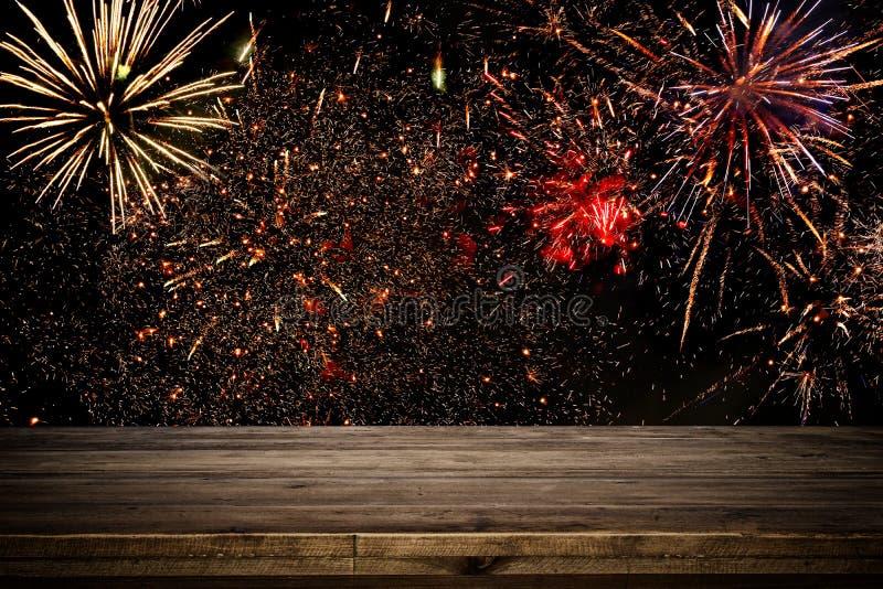 Tabela vazia na frente do fundo dos fogos-de-artifício Montagem da exposição do produto imagens de stock royalty free