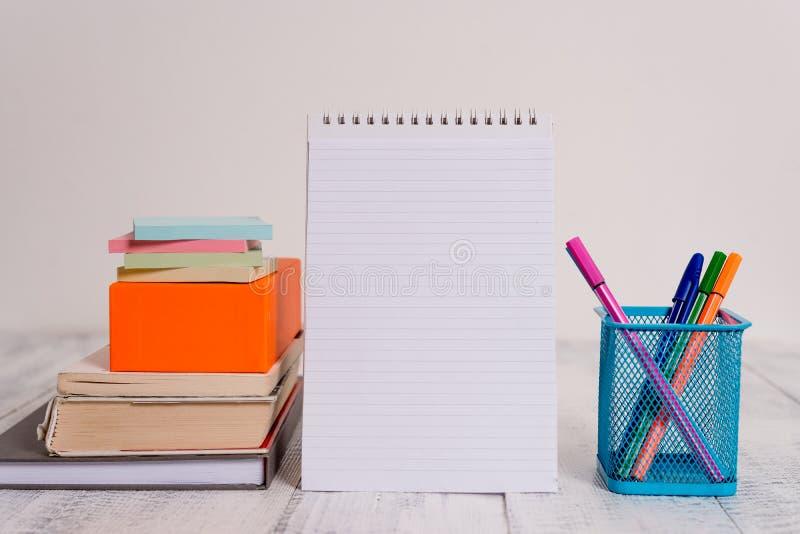 Tabela velha r?stica de encontro empilhada colorida placa do vintage retro da espiral da caixa quadrada dos livros das almofadas  imagem de stock