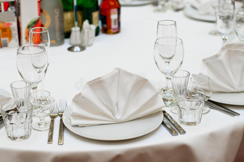 Tabelas de jantar preparadas fotografia de stock royalty free