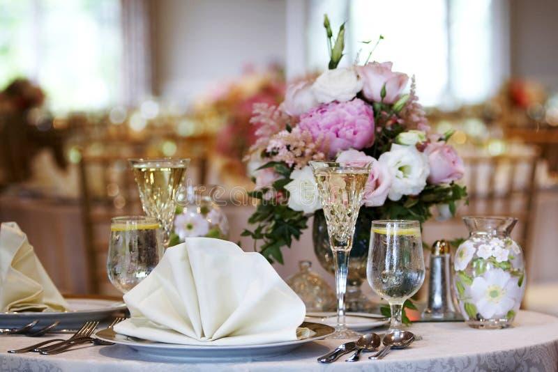 Tabelas do casamento ajustadas para o jantar fino fotografia de stock