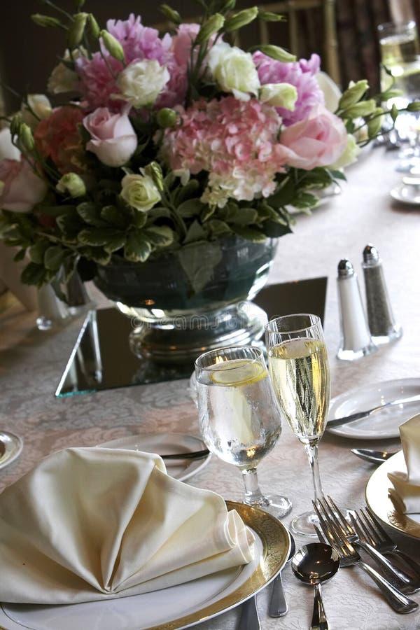 Tabelas do casamento ajustadas para o jantar fino imagem de stock royalty free