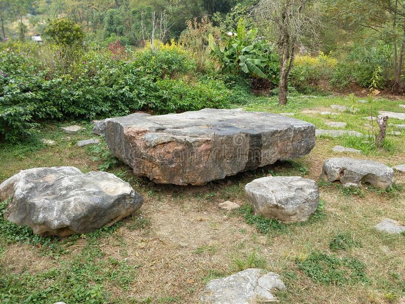 Tabelas e bancos de pedra no campo de Yangshuo, China fotografia de stock royalty free