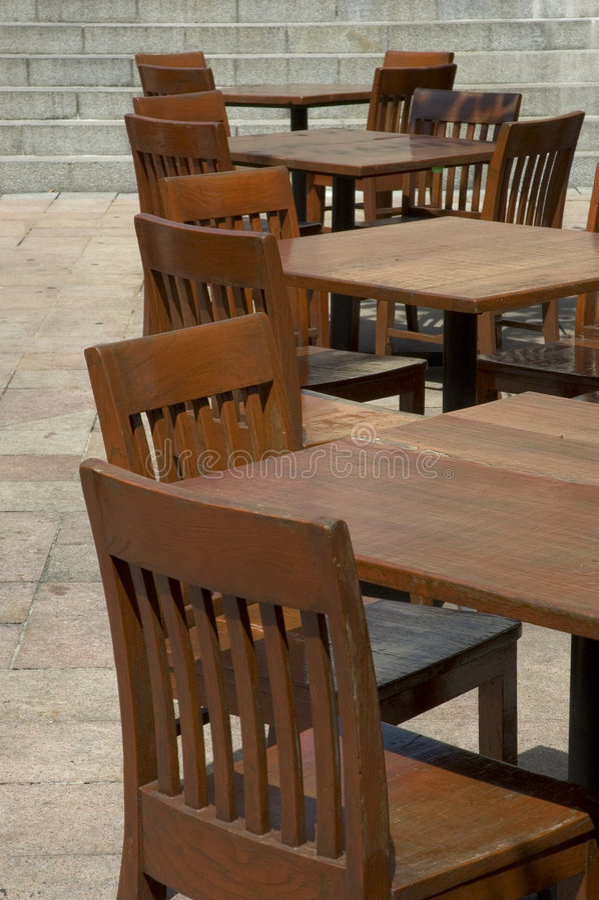 Tabelas e cadeiras fotos de stock