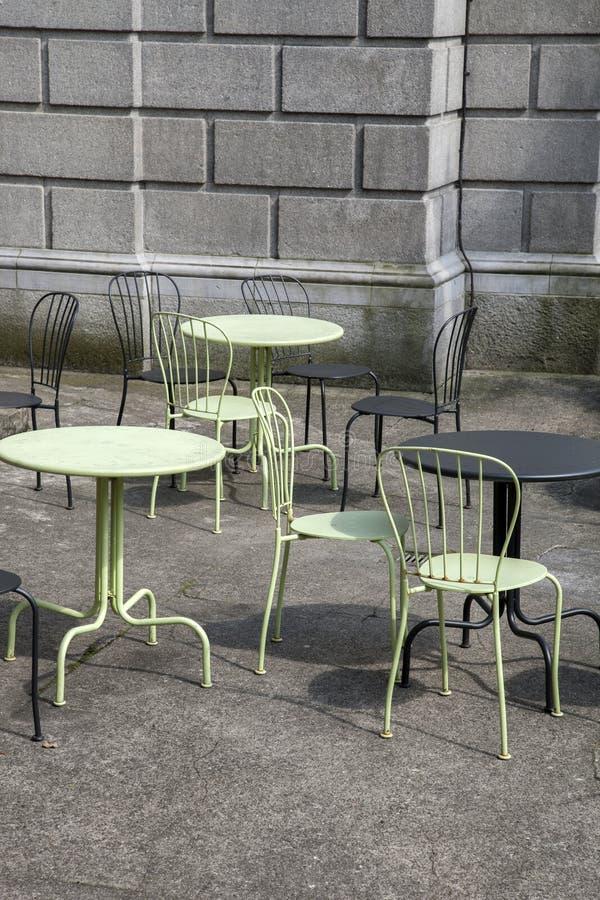 Tabelas e cadeiras do café imagem de stock royalty free
