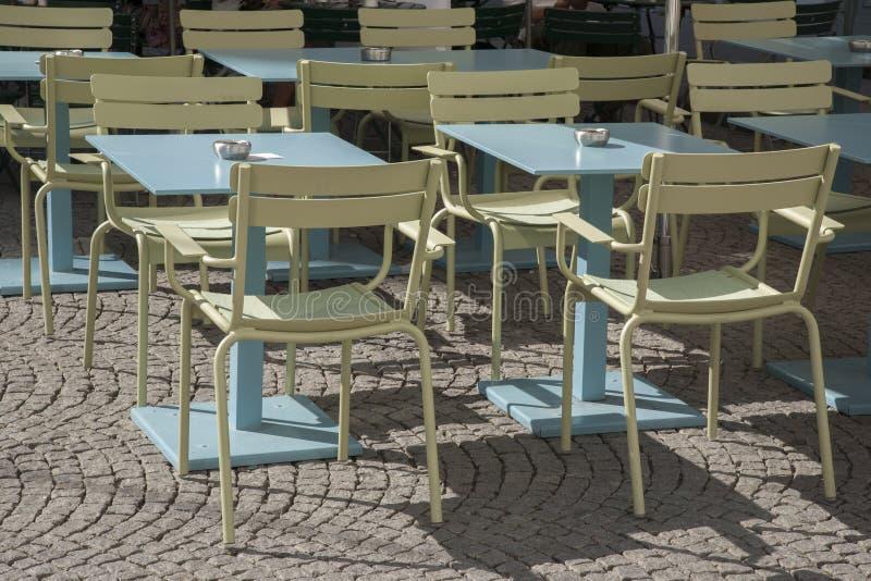 Tabelas e cadeiras do café foto de stock royalty free