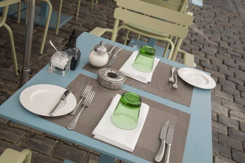 Tabelas e cadeiras do café imagens de stock royalty free