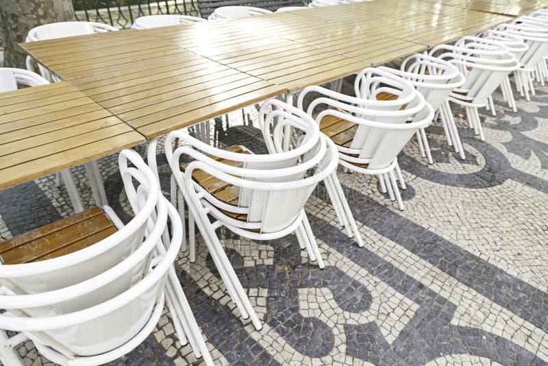 Tabelas e cadeiras do terraço imagens de stock