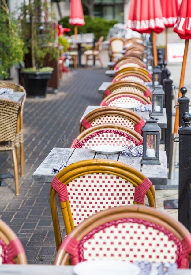 Tabelas e cadeiras exteriores de pátio fotos de stock