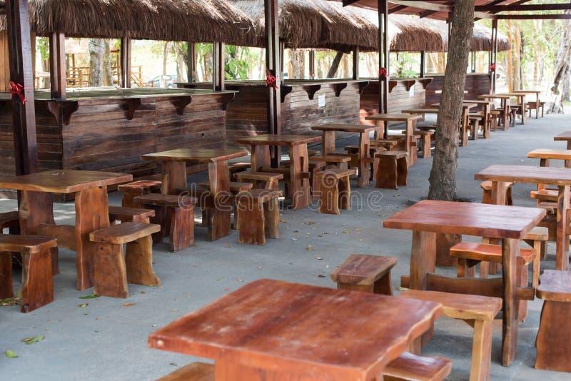 Tabelas e cadeiras feitos a mão pequenas no restaurante imagens de stock