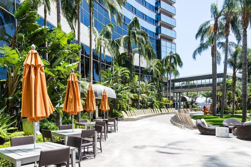 Tabelas e Chaise Lounges no hotel moderno imagem de stock royalty free