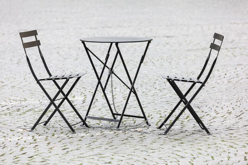 tabelas e das cadeiras restaurante vazios da rua secundária para fora imagens de stock