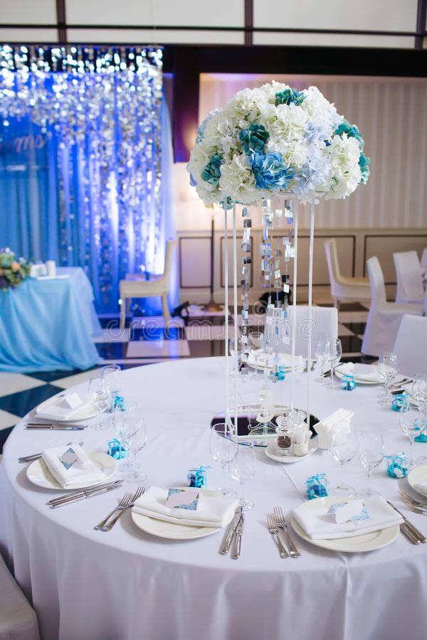 Tabelas festivas vazias em um restaurante Salão do banquete do casamento fotos de stock royalty free