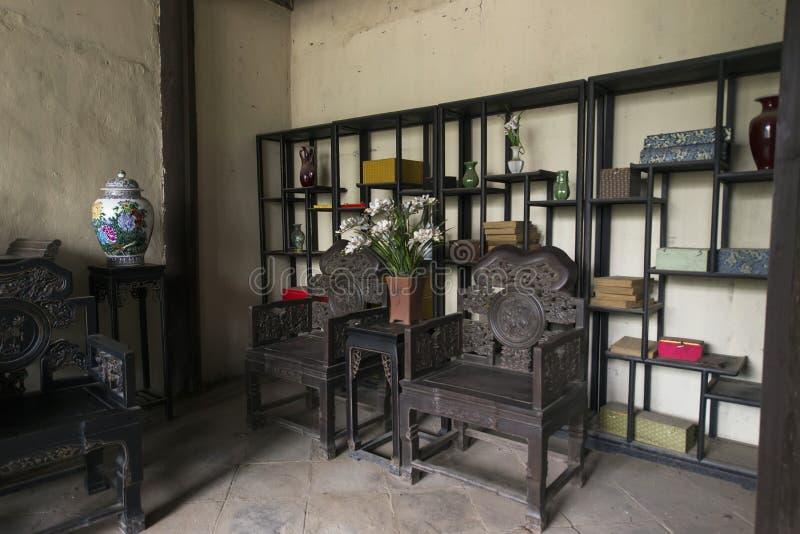 Tabelas internas e cadeiras da construção antiga chinesa fotos de stock