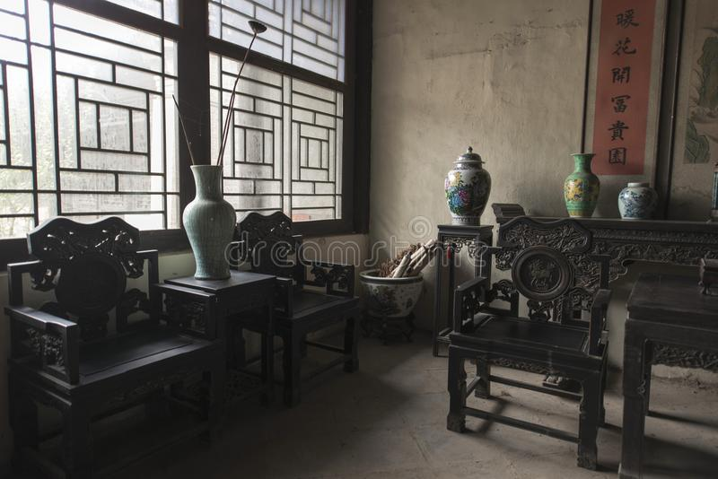 Tabelas internas e cadeiras da construção antiga chinesa fotografia de stock