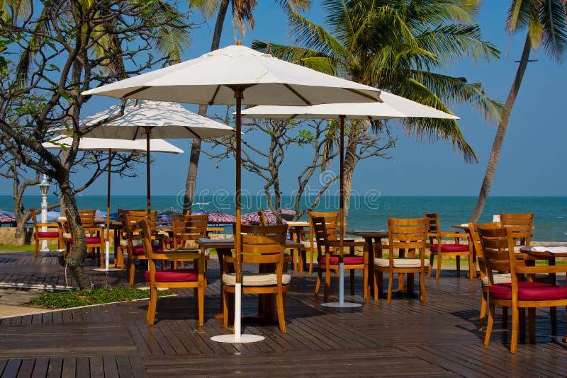 Download Tabelas No Restaurante Da Praia Foto de Stock - Imagem de exterior, feriado: 26524760