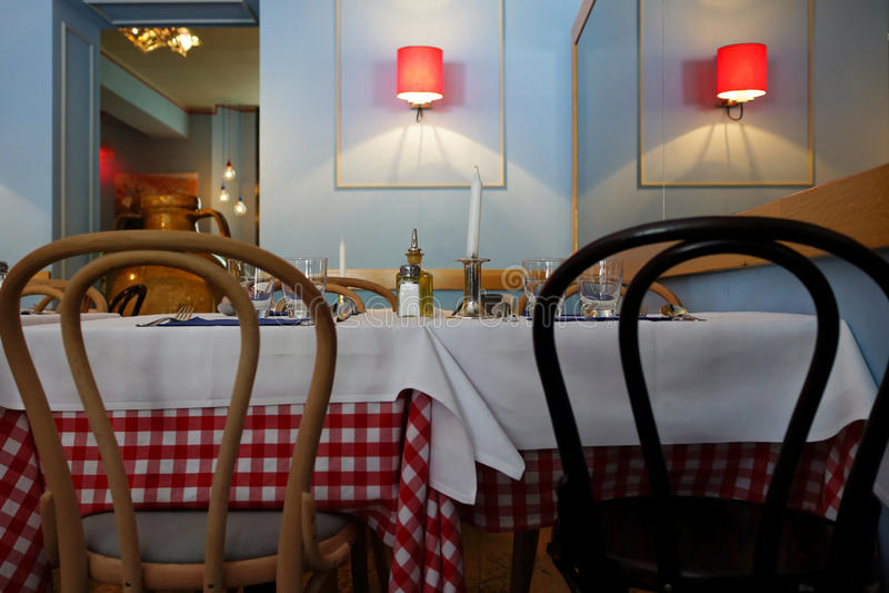 Tabelas no restaurante italiano imagens de stock royalty free