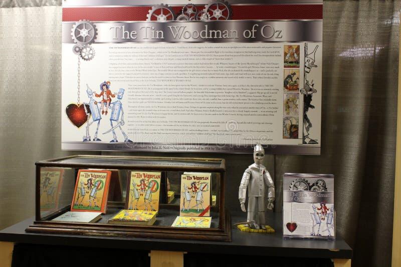 Tabelas, paredes e prateleiras indicando a coberta histórica mágico de Oz amado da recordação, todo o museu da onça das coisas, C fotos de stock