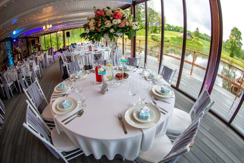 Tabelas que ajustam-se para o banquete de casamento no restaurante fotos de stock royalty free
