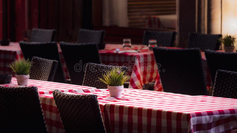 Tabelas sós do café na noite, Strasbourg da rua imagens de stock royalty free