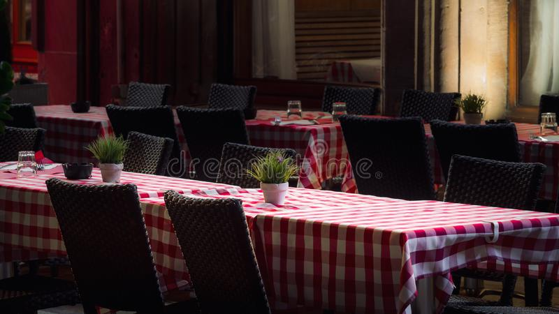 Tabelas sós do café na noite, Strasbourg da rua imagem de stock royalty free
