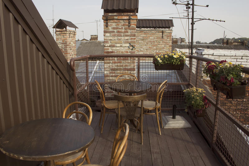 Tabelas vazias do café no telhado fotos de stock