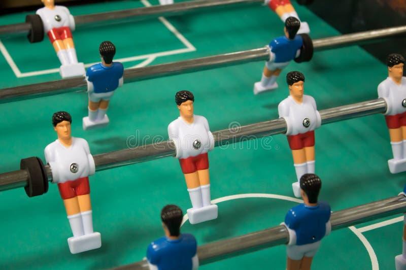Tabele o jogo de futebol Soccerl da tabela com o jogador branco e azul foto de stock royalty free
