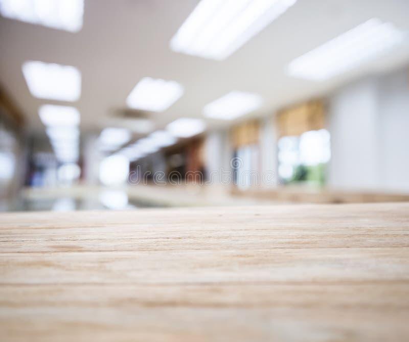 Tabellöverkant med den suddiga inre för kontorsutrymme royaltyfri bild