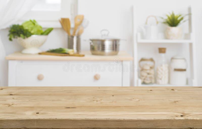 Tabellöverkant med suddigt kökmöblemang som bakgrund royaltyfria foton