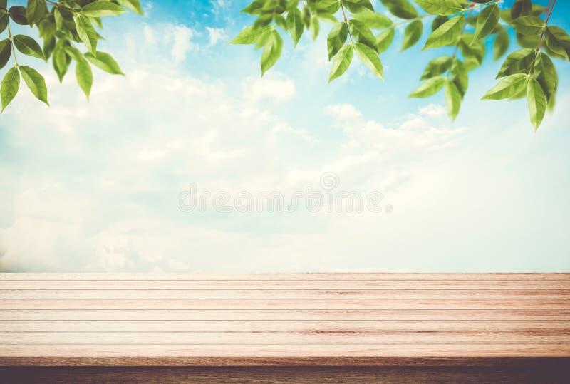 Tabellöverkant, skrivbord av blå himmel för tomt utrymme med sidor överst royaltyfri foto