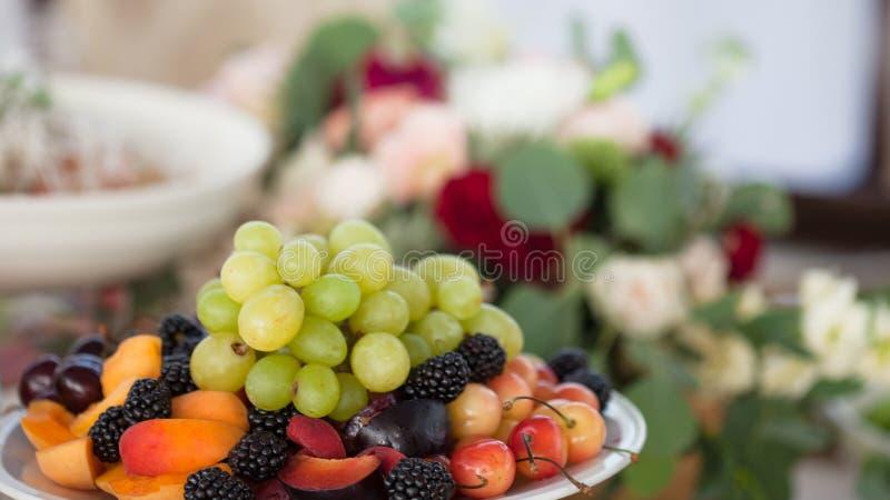 Tabell av bruden och brudgummen i restaurangen Bröllopdekor, blommor royaltyfri bild