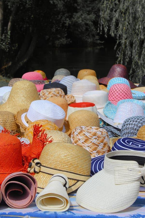 Tabell av hattar arkivbilder
