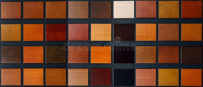Tabell av prövkopior av veneered trä royaltyfri bild