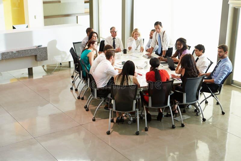 Tabell för affärsmanAddressing Meeting Around styrelse arkivbilder