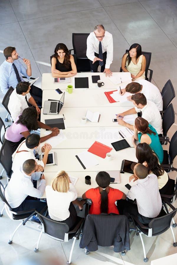 Tabell för affärsmanAddressing Meeting Around styrelse arkivfoton