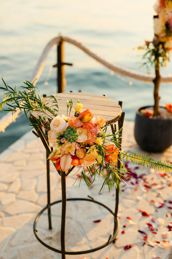 Tabell för bröllopceremonin, blommaordning Bröllopdeco royaltyfria foton