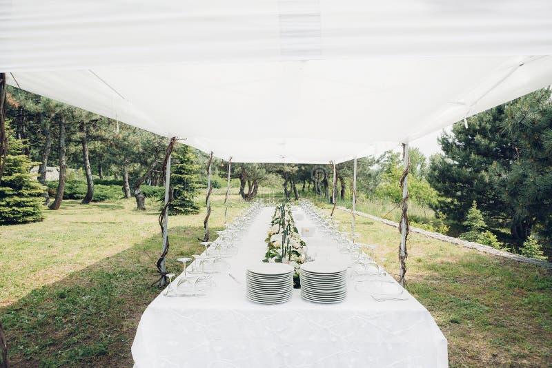 Tabell för bröllopmottagande i den öppna luften fotografering för bildbyråer