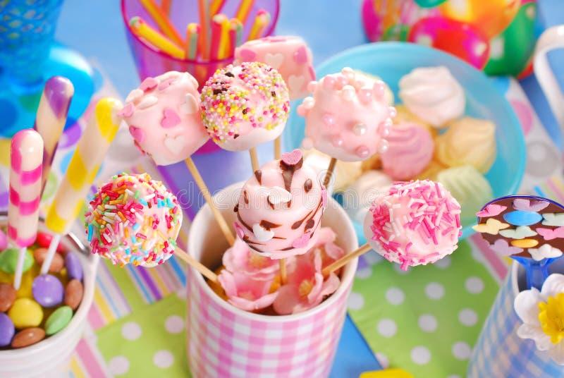 Tabell för födelsedagparti med marshmallowpop och andra sötsaker för royaltyfri foto
