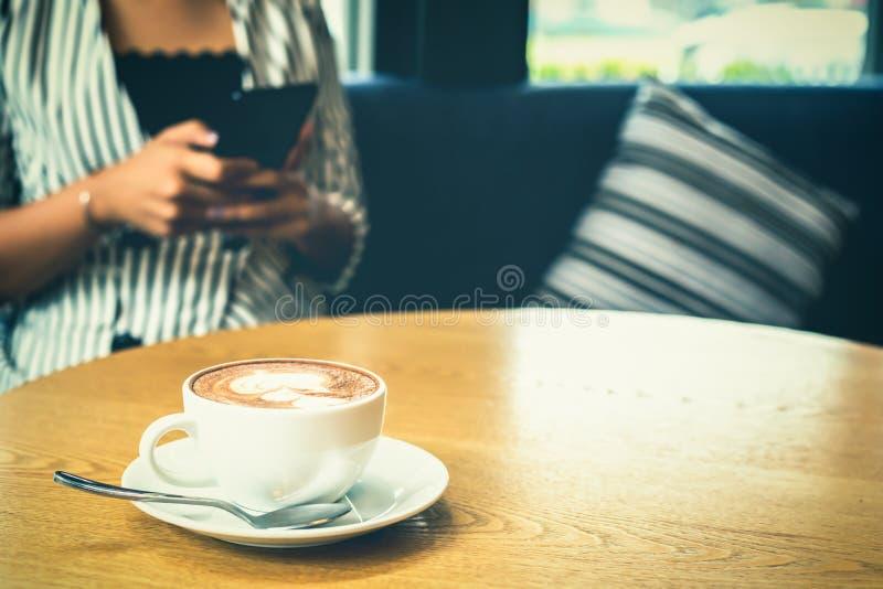 tabell för förälskelse för händer för kaffekopp arkivfoto
