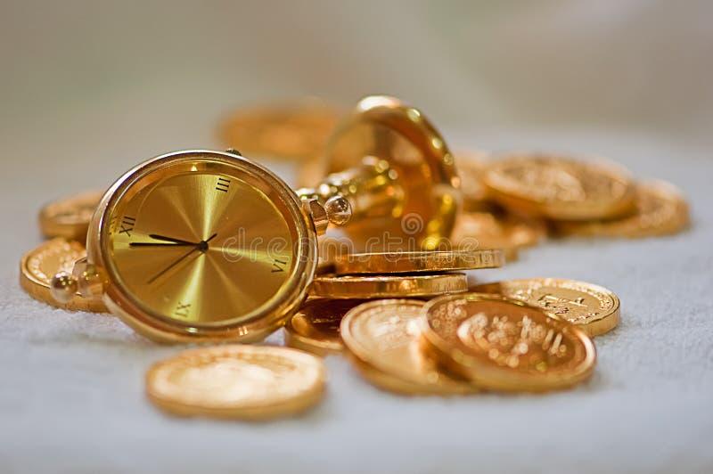 tabell för guld för gruppklockamynt guld- royaltyfri fotografi