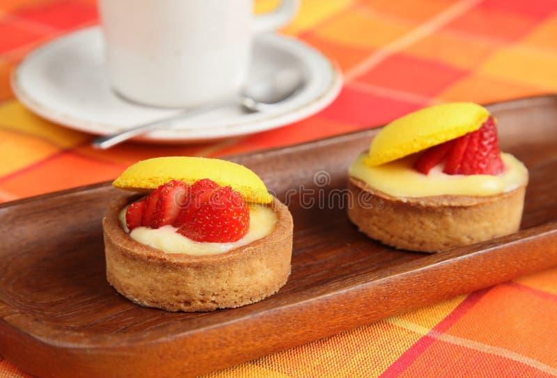 tabell för jordgubbe för pies för kaffekopp orange royaltyfri bild