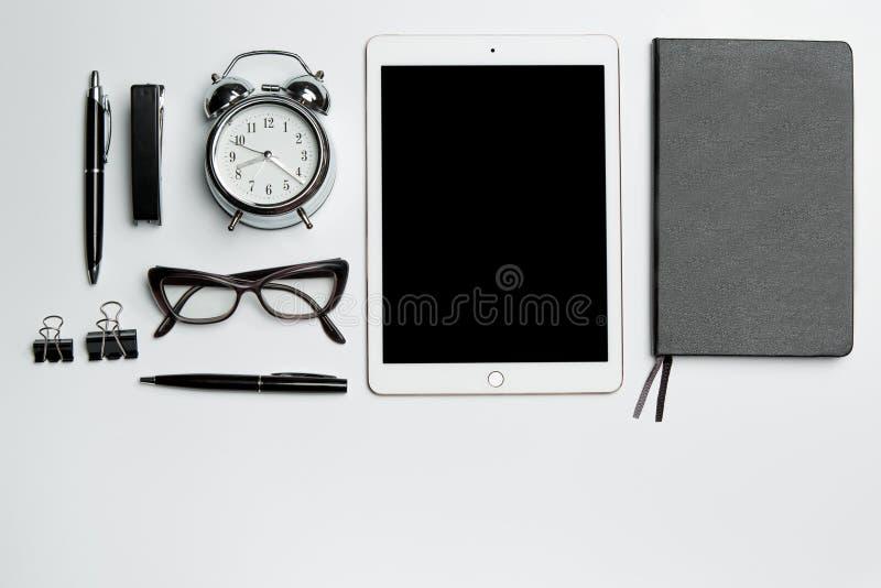 Tabell för kontorsskrivbord med den bärbar dator-, tillförsel-, telefon- och kaffekoppen royaltyfria foton
