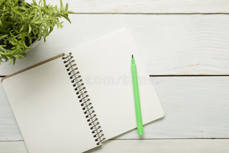 Tabell för kontorsskrivbord med tillförsel och crumled papper Top beskådar Kopiera utrymme för text arkivbild