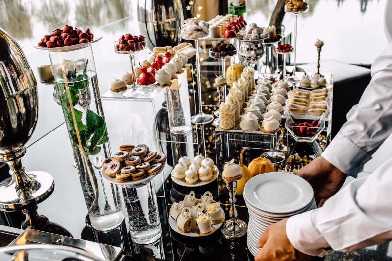 Tabell för restauranguppassareportion med mat royaltyfri bild