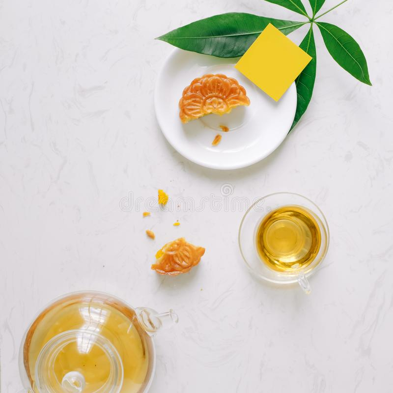 tabell för tebjudning för stil för Mitt--höst festivalmooncake minimalist f arkivfoton