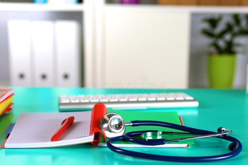 Tabell för workspace för doktors` s funktionsduglig med den tålmodiga formen för tomt papper för urladdning för ` s, medicinskt r arkivfoto